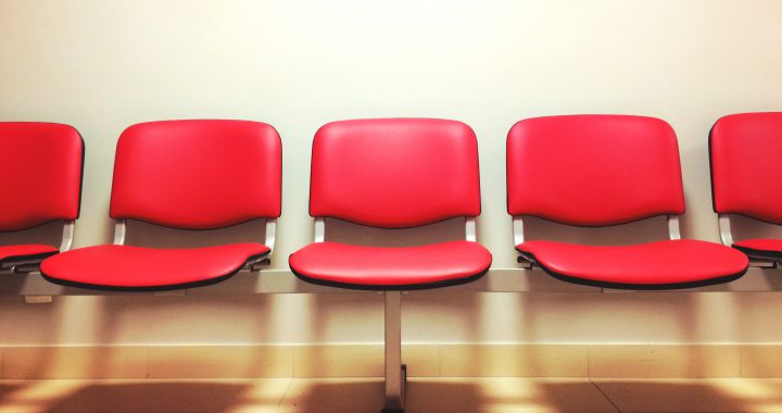https://www.pexels.com/photo/seats-waiting-room-9585